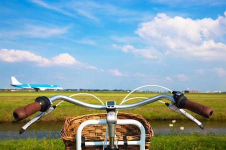 자전거와 항공기가 이륙합니다. 여행, 휴가 및 모험 개념입니다. 환경 보호 및 환경 친화적 인 운송.