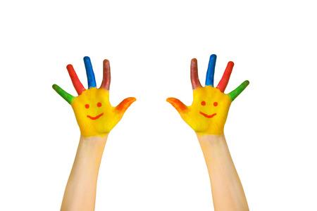 Niños felices. Manos pintadas de niños con caras sonrientes. Las manos de los niños y las palmas pintadas emoticones. Listo para su logotipo o texto. Alegría, excelente, perfectamente, bien, concepto de escuela. Aislado en el fondo blanco. Foto de archivo - 92647258
