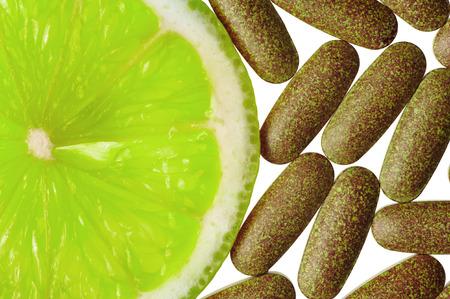 ビタミンの丸薬とレモン スライス