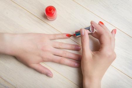 manicura: Proceso de la manicura en casa, revestimiento de uñas, vista superior Foto de archivo