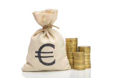 ユーロ硬貨の山、白で隔離とお金の袋 写真素材