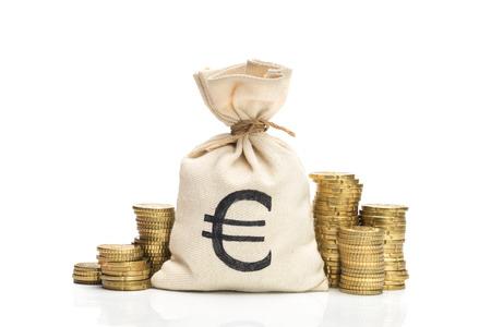banco dinero: Bolso del dinero y monedas de euro, aislados en fondo blanco Foto de archivo