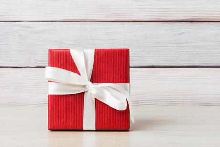 cajas navide�as: Caja de regalo sobre fondo de madera clara