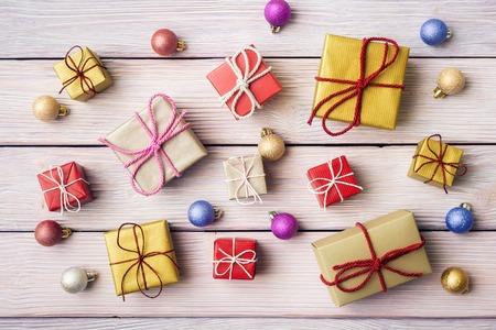 ギフト用の箱、木製の背景にクリスマス装飾 写真素材