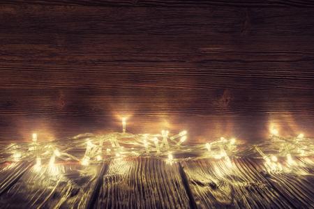 古い木製の背景以上のクリスマス ライト