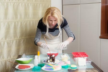 自家製の石鹸作りの過程で女性