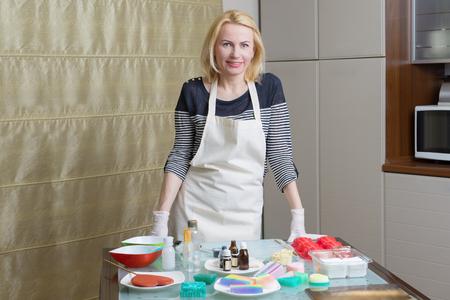 自家製の石鹸作りの前に女性の肖像画 写真素材