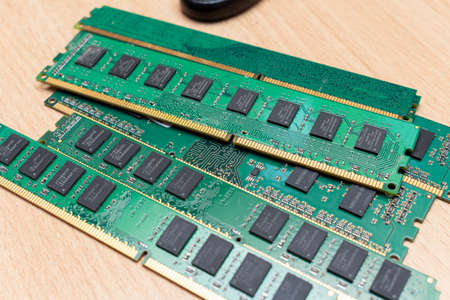 Pack of ddr dimm memory on the table in a service Stockfoto