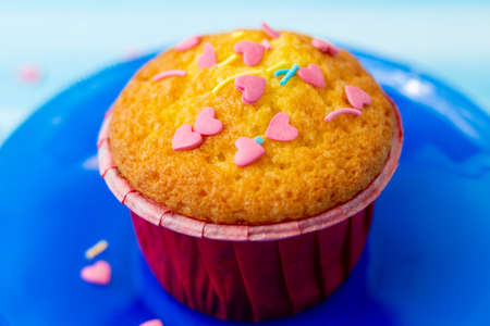 delicious cupcakes with heart-shaped confectionery Standard-Bild