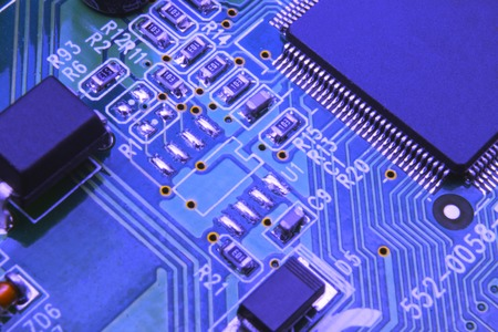 Gros plan sur la carte électronique dans l'atelier de réparation de matériel, image floue et tonique.