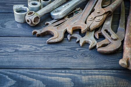 Rusty Old Tools on black vintage wood Foto de archivo - 129716533