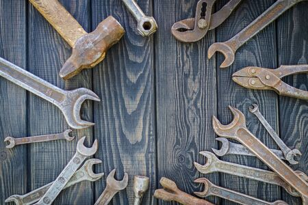 Rusty Old Tools on black vintage wood Foto de archivo - 129716532