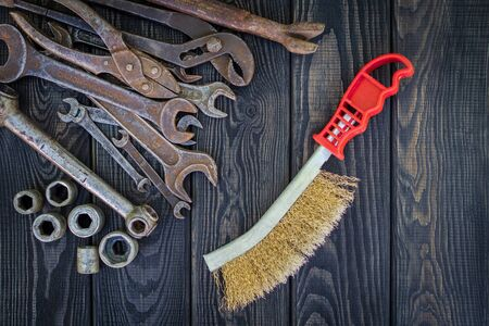Rusty Old Tools on black vintage wood Foto de archivo - 129716539