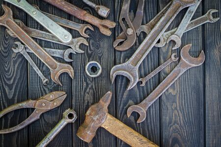 Rusty Old Tools on black vintage wood Foto de archivo - 129716547