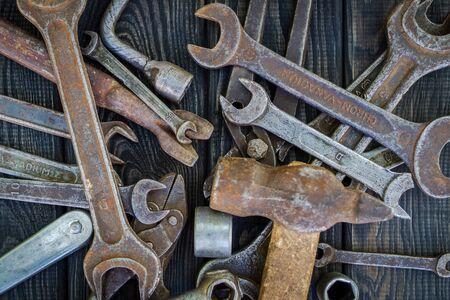 Rusty Old Tools on black vintage wood Foto de archivo - 129716548