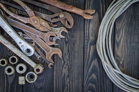 Rusty Old Tools on black vintage wood Foto de archivo - 129716554