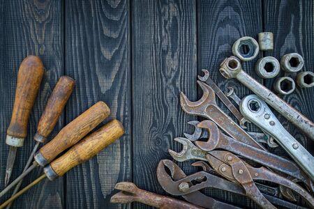 Rusty Old Tools on black vintage wood Foto de archivo - 129716556