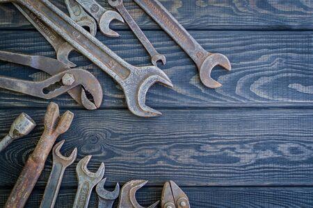 Rusty Old Tools on black vintage wood Foto de archivo - 129716305