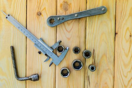 Rusty old tools are laid out on a wooden Foto de archivo - 129716307