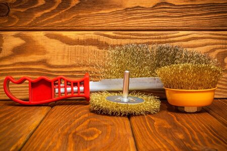Set of abrasive tools and sandpaper on vintage wooden boards, wizard is used for grinding items 免版税图像