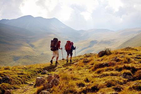 wandelaars op het parcours in de Kaukasische bergen. Trek naar Kazbek mount