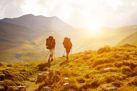 horizonte: excursionistas en el camino en las monta�as del C�ucaso. Trek a monte Kazbek