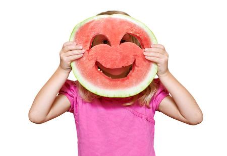 frutas divertidas: Chica con caritas de sand�a. Aislado en blanco