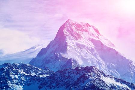 horizon: nublado amanecer bonito en las montañas con nieve cresta