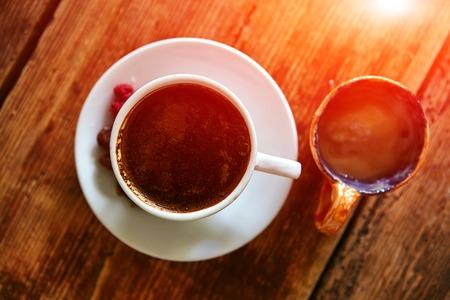 frutos secos: Taza de café, frutos secos y miel sobre un fondo de madera. pequeña profundidad de campo