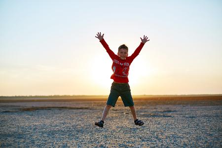 convivencia familiar: niño en el desierto en la puesta del sol