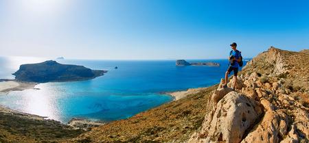 Man photographer stands on the cliff Standard-Bild