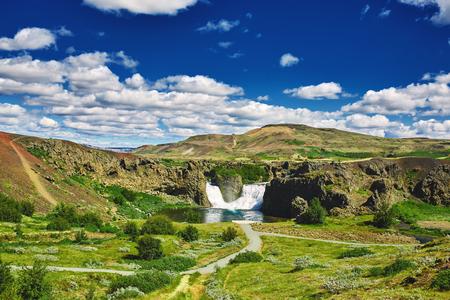 南アイスランドで有名な Hjalparfoss の滝。アイスランドの treking。旅行、風景写真のコンセプト