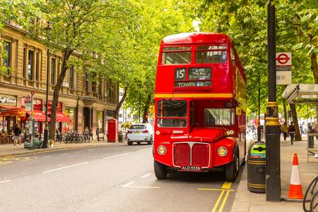 LONDEN - 15 AUGUSTUS: Heritage Routemaster Bus, werkzaam in Londen op 15 augustus 2017 in Londen, Verenigd Koninkrijk.