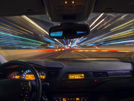 밤에 빠른 속도로 운전하는 자동차, 차 안에서 볼