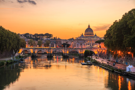 Vaticaanstad, Rome, Italië, mooie levendige nacht afbeelding Panorama van de Sint-Pietersbasiliek, de Ponte St. Angelo en de rivier de Tiber in de schemering in de zomer. Weerspiegeling van de pauselijke basiliek van St. Peter.