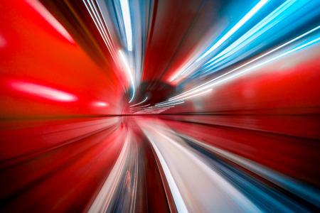 Abstrakte bunte konzentrische Lichtspur, die durch einen Tunnel beschleunigt.