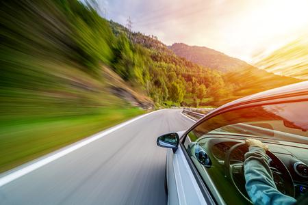 Auto in motion blur guida nelle montagne italiane