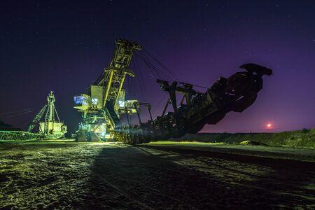 Huge mining machine at night ander starry sky Imagens