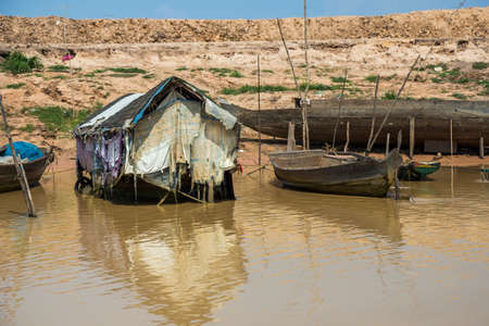 A hut on the waters of Lake Tonle Sap in Cambodia. The lake is home to many people in small houses on the water 免版税图像