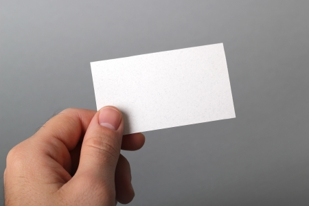 hand business card: Un uomo in possesso di un biglietto da visita Archivio Fotografico