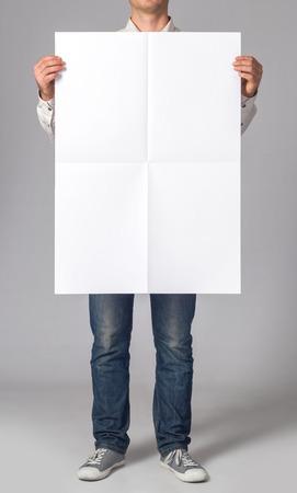 Человек держит пустой плакат