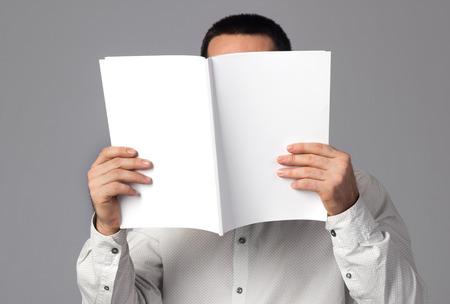 Мужчина читает пустой журнал