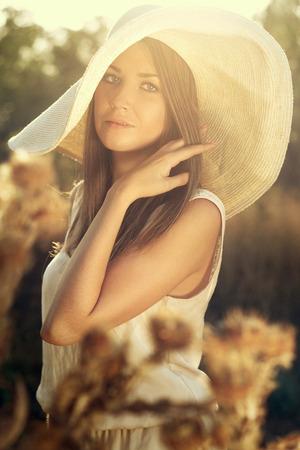 sadly: Bella ragazza in un cappello guardando tristemente