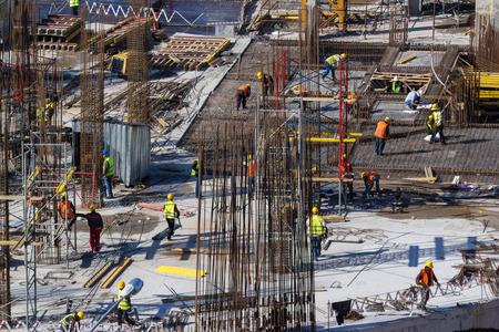 Работники строительство нового здания в Алматы