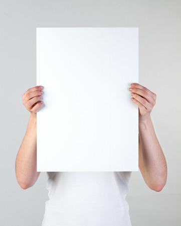 tablero: Mujer que sostiene un cartel en blanco