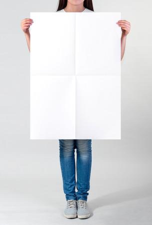 Mujer que sostiene un cartel en blanco