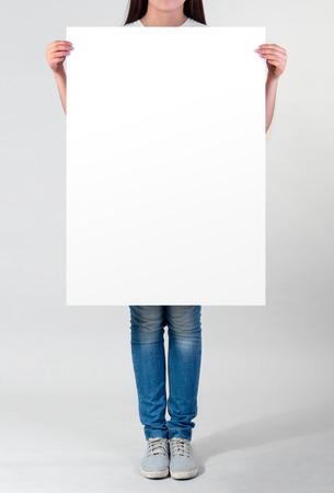 Mujer que sostiene un cartel en blanco Foto de archivo