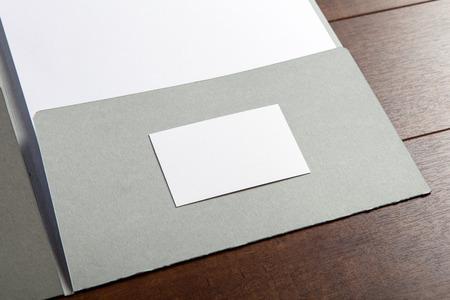 carpeta: Cartas de negocios. Maqueta de la identidad de marca. Para los diseñadores gráficos y presentaciones carteras. tarjeta de visita y la carpeta