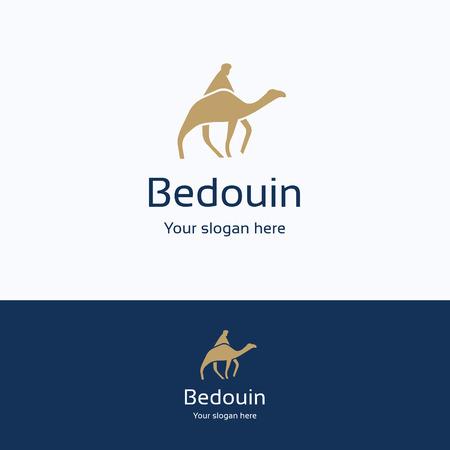 Logo di silhouette del cammello di nomade beduino, logo logotipo maschile di sabbia notturna, simbolo di medie dimensioni orientali di keffiyeh, sciarpa blu tradizionale modello giallo, beige percorso strada deserto logo isolato su bianco.
