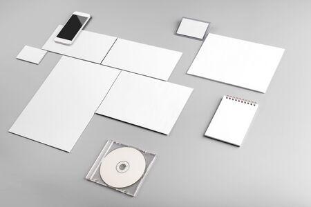 사진. 브랜딩 아이덴티티를위한 템플릿. 그래픽 디자이너 프레젠테이션 및 포트폴리오 용. 회색과 흰색 배경에 고립 된 신원 모형입니다. 신원 세트 모형. 사진 모의.